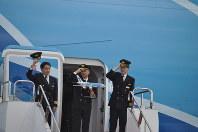 着陸したエアバスA380から降りる全日空の古川理機長(中央)ら=成田空港で2019年3月21日、中村宰和撮影