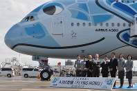 A380の前で記念撮影に応じる関係者=成田空港で2019年3月21日、中村宰和撮影