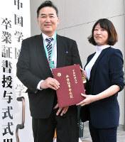 卒業式を終えた楠田賀陽さん(左)と長女の真巳さん=岡山市北区庭瀬で、林田奈々撮影