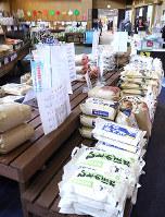 直売所「おいしやうれしや」は米の品ぞろえが豊富=大津市今堅田3の道の駅「びわ湖大橋米プラザ」で、高村洋一撮影