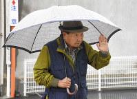Iwao Hakamada is seen walking near his home in the Shizuoka Prefecture city of Hamamatsu, on Feb. 28, 2019. (Mainichi/Yukina Furukawa)