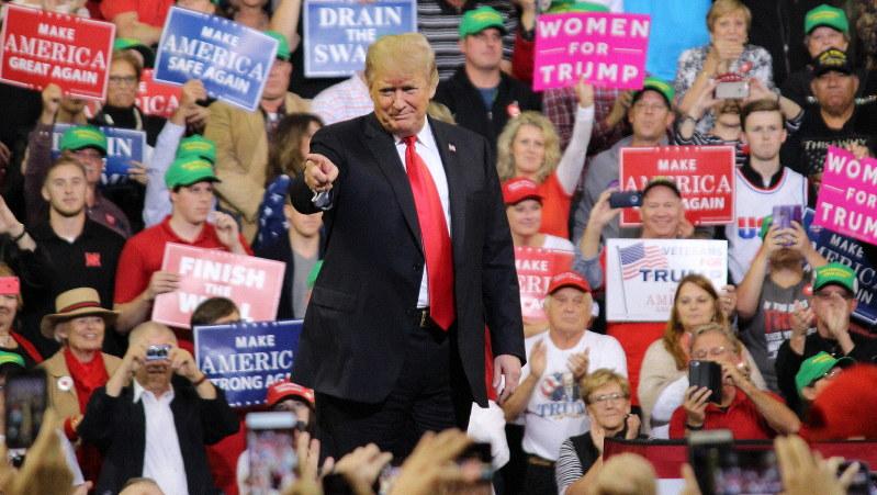 支持者の歓声に応えるトランプ米大統領=2018年10月9日、高本耕太撮影