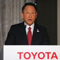 「話し合い」を重視するトヨタ自動車の春闘の労使交渉には、豊田章男社長以下経営側約120人と労組側約230人が勢ぞろいする=2018年5月9日、玉城達郎撮影