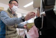 昼食をとる和美さん(右)。職員の介助が絶えず必要だ=群馬県高崎市で