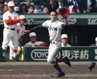 最後の打者を一塁ゴロに打ち取り、ベースカバーに入る大阪桐蔭の根尾昂選手。左端は智弁和歌山の高嶋仁監督=2018年4月4日、山崎一輝撮影
