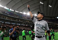 Ichiro Suzuki of the Seattle Mariners waves to fans in the stands while walking around the field after the second game of the season-opening series against the Oakland Athletics at Tokyo Dome on March 21, 2019. (Mainichi/Tatsuro Tamaki)