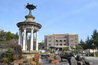 公園のシンボルになっている噴水塔から望む名古屋市公会堂=名古屋市昭和区の鶴舞公園で2019年3月22日9時30分、山田泰生撮影