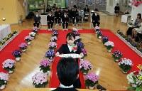 卒業証書を受け取る川俣町立山木屋小の児童たち=福島県川俣町の山木屋小学校で、喜屋武真之介撮影