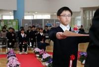 卒業証書を受け取る山木屋小学校の児童たち=福島県川俣町の同小で2019年3月22日午前10時9分、喜屋武真之介撮影