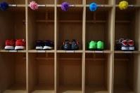 靴箱に置かれた山木屋小の児童5人の靴=福島県川俣町の山木屋小学校で2019年3月22日午前10時43分、喜屋武真之介撮影