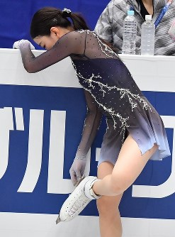 女子フリーに向けての練習でブレードを研ぐ紀平梨花=さいたまスーパーアリーナで2019年3月22日、宮間俊樹撮影