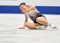 女子フリーに向けての練習で転倒するも笑顔の坂本花織=さいたまスーパーアリーナで2019年3月22日、宮間俊樹撮影