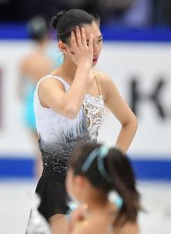 女子フリーの演技終了後、頭を抱える坂本花織=さいたまスーパーアリーナで2019年3月22日、宮間俊樹撮影