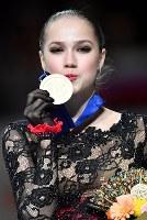優勝し金メダルに口づけするアリーナ・ザギトワ=さいたまスーパーアリーナで2019年3月22日、宮間俊樹撮影