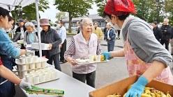 最大震度7の地震から1週間後、避難所で炊き出しを受け取る人たち=北海道厚真町で2018年9月13日、山崎一輝撮影
