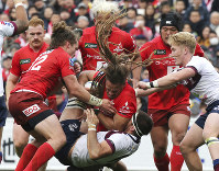 Dan Pryor of Sunwolves, center, holds the ball during their Super Rugby match against Reds in Tokyo, on March 16, 2019. (AP Photo/Koji Sasahara)