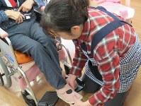 足腰が弱り。椅子から車椅子に移るだけでも職員の介助が必要な人は少なくない=群馬県高崎市で