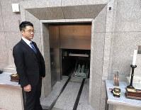 火葬炉の扉は二重になっていて、遺体が入った後、遺族は中の様子を見られない構造になっている