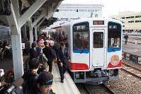 地元の人や鉄道ファンに迎えられて宮古駅ホームに入った釜石へ向かう記念列車=岩手県宮古市で2019年3月23日午前11時29分、米田堅持撮影