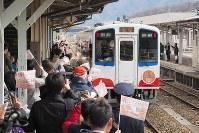 釜石へ向けて出発した三陸鉄道「リアス線」の記念列車=2019年3月23日午後0時すぎ、米田堅持撮影