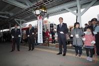 三陸鉄道リアス線の開通を祝って、くす玉が割られた=岩手県宮古市で2019年3月23日午前11時59分、米田堅持撮影