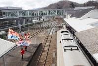 大勢の人に出迎えられた釜石からの記念列車=岩手県宮古市の三陸鉄道宮古駅で2019年3月23日午後、米田堅持撮影