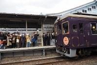 釜石からの記念列車を、小旗を手に出迎える人たち=岩手県宮古市の三陸鉄道宮古駅で2019年3月23日午後、米田堅持撮影