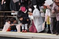 釜石からの記念列車の到着を待つ子ども連れ=岩手県宮古市の三陸鉄道宮古駅で2019年3月23日午後、米田堅持撮影