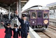 釜石駅を出発する三陸鉄道リアス線の記念列車=岩手県釜石市で2019年3月23日午前11時41分、喜屋武真之介撮影