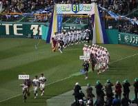 前年優勝の大阪桐蔭を先頭に入場行進する各校の選手たち=阪神甲子園球場で2019年3月23日、中村真一郎撮影