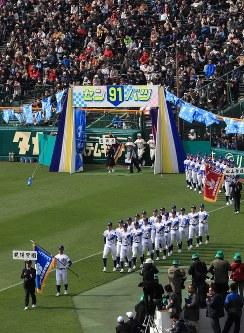 開会式で入場行進する筑陽学園の選手たち=阪神甲子園球場で2019年3月23日、玉城達郎撮影
