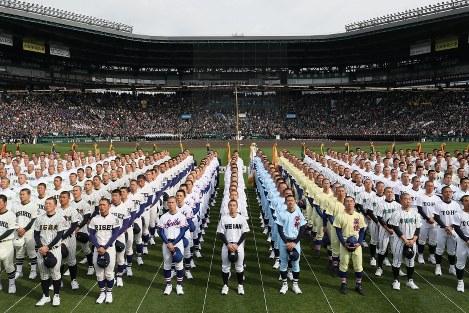 開会式で大会旗を見上げる選手たち=阪神甲子園球場で2019年3月23日、幾島健太郎撮影