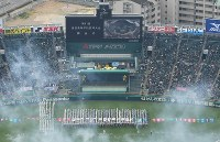開会式で一斉行進する選手たち=兵庫県西宮市の阪神甲子園球場で2019年3月23日午前9時24分、本社ヘリから大西達也撮影