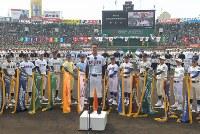 開会式で選手宣誓をする広陵の秋山功太郎主将(中央)=阪神甲子園球場で2019年3月23日、徳野仁子撮影