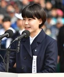 開会式で式典の司会を務める赤瀬智咲さん=阪神甲子園球場で2019年3月23日、猪飼健史撮影