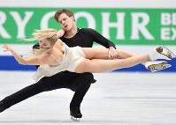 アイスダンスで2位に入ったヴィクトリア・シニツィナ、ニキータ・カツァラポフ組(ロシア)のフリー演技=さいたまスーパーアリーナで2019年3月23日、宮間俊樹撮影
