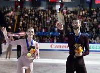 アイスダンスの表彰式後、観客の声援に応える優勝したガブリエラ・パパダキス、ギヨーム・シゼロン組=さいたまスーパーアリーナで2019年3月23日、宮間俊樹撮影