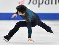 男子フリーの最初のジャンプ着地でバランスを崩す宇野昌磨=さいたまスーパーアリーナで2019年3月23日、宮間俊樹撮影
