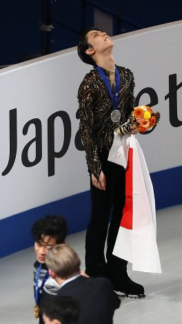 男子シングルで2位となり、表彰式終了後に悔しそうな表情で天を仰ぐ羽生結弦。下は優勝したネーサン・チェン=さいたまスーパーアリーナで2019年3月23日、佐々木順一撮影