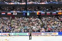 フリーの演技を終えた羽生結弦(中央下)に拍手を送る観客たち=さいたまスーパーアリーナで2019年3月23日、宮間俊樹撮影