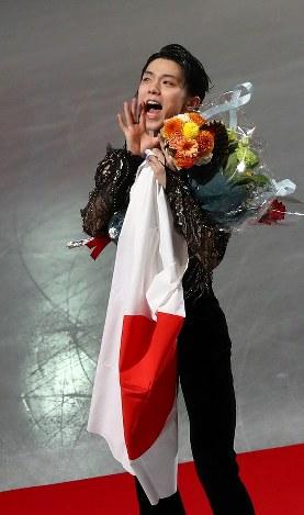 男子シングルで2位となり、表彰式終了後に客席のファンに向かって叫ぶ羽生結弦=さいたまスーパーアリーナで2019年3月23日、佐々木順一撮影