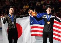 男子シングルで2位となり記念撮影に応じる羽生結弦(左)と優勝のネーサン・チェン=さいたまスーパーアリーナで2019年3月23日、宮間俊樹撮影