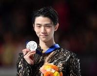 男子シングルで2位となり、銀メダルを手にする羽生結弦=さいたまスーパーアリーナで2019年3月23日、宮間俊樹撮影