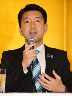 記者会見で質問に答える柳本顕氏=大阪市北区で2019年3月16日午後2時54分、大西達也撮影