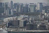 建設が進む選手村(手前)と東京都心=東京都江東区で2019年3月2日、本社ヘリから
