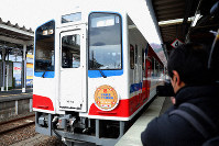 The first train of the newly reopened Rias Line, heavily damaged by the tsunami following the 2011 Great East Japan Earthquake, is seen at Kamaishi Station in the city of Kamaishi, Iwate Prefecture, on March 23, 2019. (Mainichi/Shinnosuke Kyan)