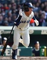【習志野―日章学園】一回表習志野1死二塁、根本が右前適時打を放つ=阪神甲子園球場で2019年3月24日、徳野仁子撮影