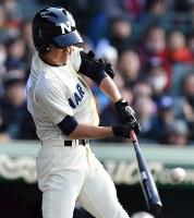 【習志野―日章学園】一回表習志野1死二、三塁、高橋雅が左中間2点三塁打を放つ=阪神甲子園球場で2019年3月24日、徳野仁子撮影