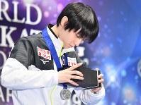スモールメダルセレモニーに出席し副賞の腕時計の箱をのぞきこむ男子シングルで2位の羽生結弦=さいたまスーパーアリーナで2019年3月24日、宮間俊樹撮影