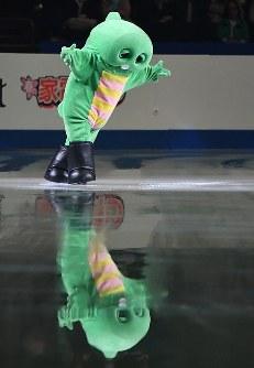 エキシビション開始前にスケートを披露するガチャピン=さいたまスーパーアリーナで2019年3月24日、宮間俊樹撮影